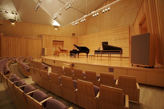 みやまコンセール、大ホール   (ピアノたち)