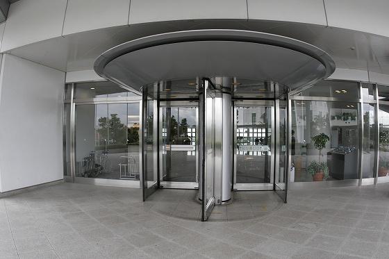 本館玄関 大型回転ドアー(車椅子可)