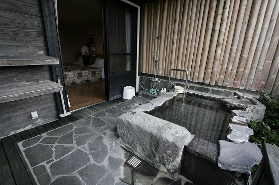 バリアーフリー部屋(203号)テラスの温泉(半露天風呂・単純泉)