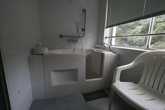 バリアフリー部屋のお風呂(湯船がドアーになっている)